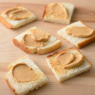 食パンにピーナッツきな粉クリームを塗って