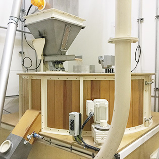 ドイツ製の大型石臼製粉機