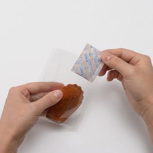 袋にお菓子と脱酸素剤を入れる