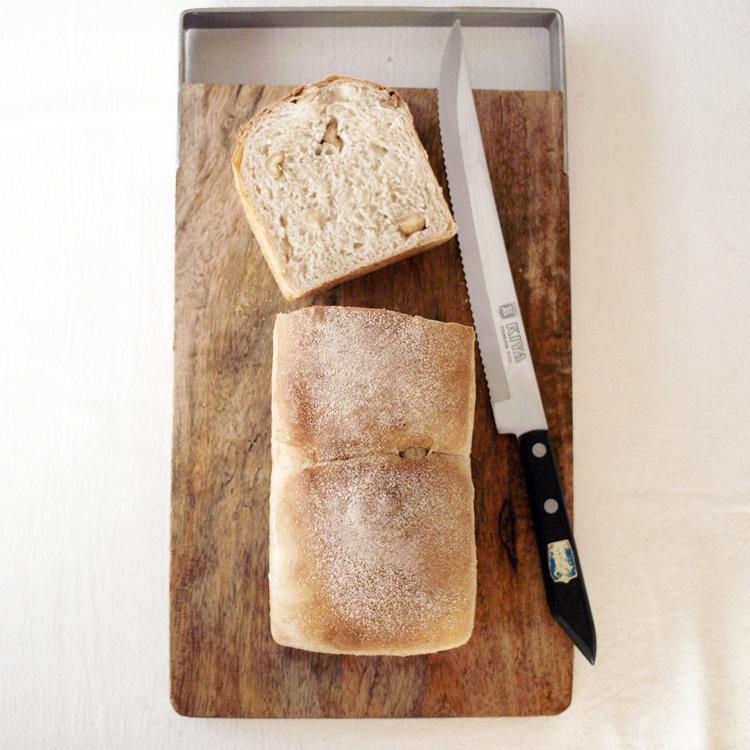 ごまとヘーゼルナッツの食パン