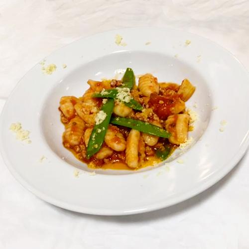 季節の野菜と鶏ひき肉のトマトバジリコのソースのニョッキ