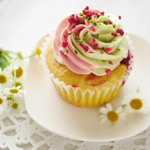 ピスタチオとラズベリーのカラフルカップケーキ