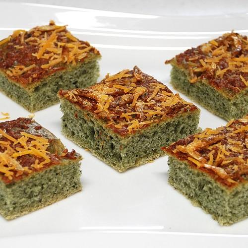 天板1枚で作る、桜海老とチーズとヨモギのフォカッチャ