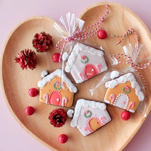 お菓子の家のアイシングクッキー