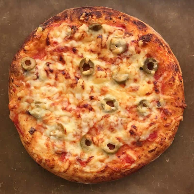 オリーブとアンチョビのピザ