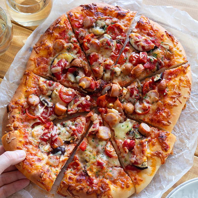 【時短レシピ】ジューシー&クリスピー!トマトソースのクイックピザ