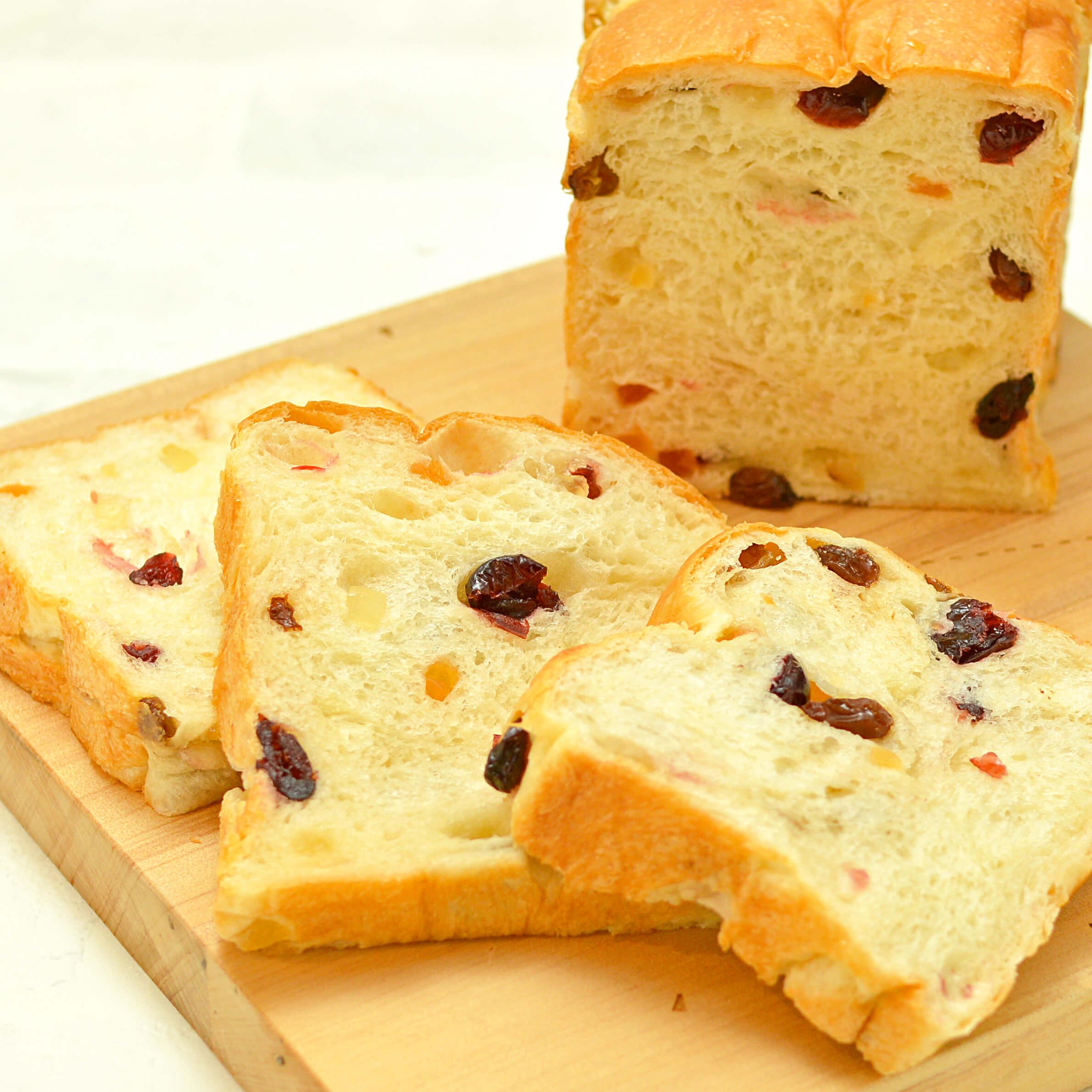 ミックスフルーツが入ったミミまで柔らか食パン