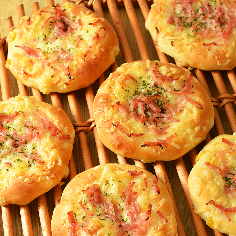 ベーコンとチーズをのせた薄焼きコーンパン