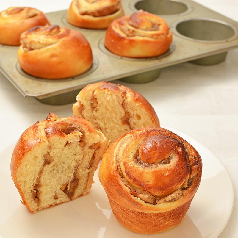 マフィン型で焼く 栗とクルミのロールパン