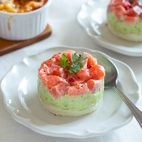 【簡単レシピ】重ねるだけ♪サーモンとアボカドのセルクルサラダ
